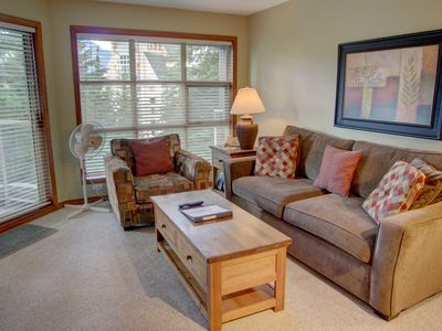 Prime Ski-in Ski-out Location! Top Floor Unit, Pool, Hot tubs, BBQ (414)