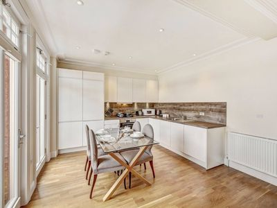 Photo for Immaculate 2 Bed Apt with Balcony in Hammersmith