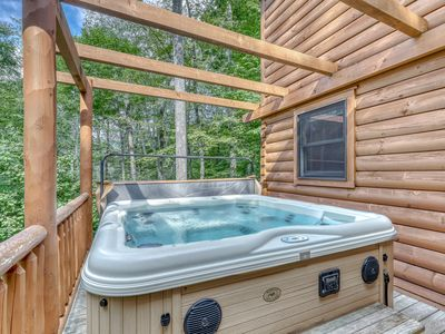 Photo for Luxury cabin w/vaulted ceilings, covered deck and private hot tub!