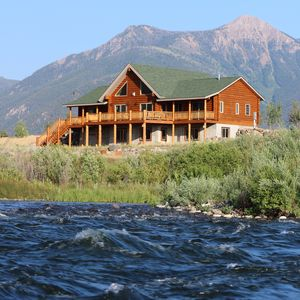 LUXURY MADISON RIVER FRONT LOG HOME - 25min to Yellowstone *The Caddis Shack