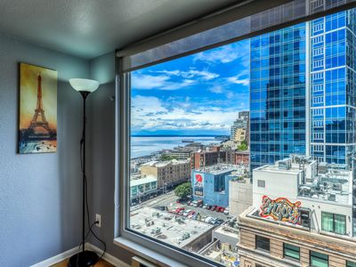 Photo for Beautiful Seattle suite with shared pool and hot tub, walk to Pike Place!