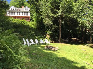 5 Bdrm Lakehouse, sleeps 18, private dock, hot tub, 15 minutes to Mount Snow