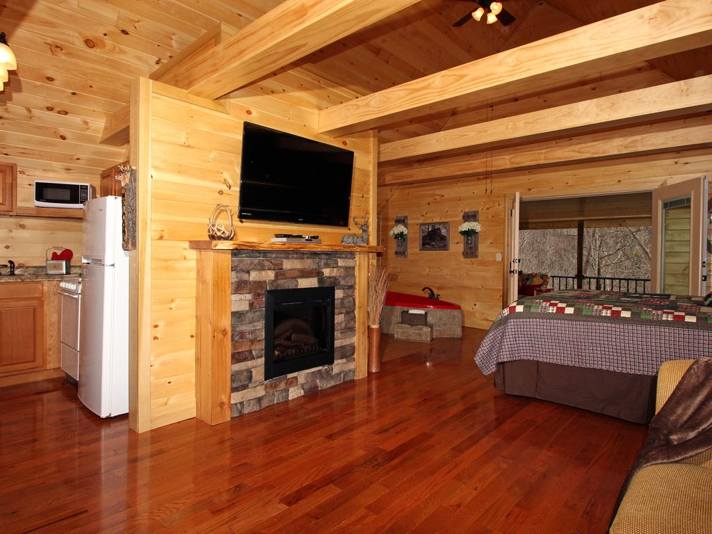 FREE ATTRACTION TICKETS, Secluded Romantic Cabin, Hot Tub & Heart Jacuzzi