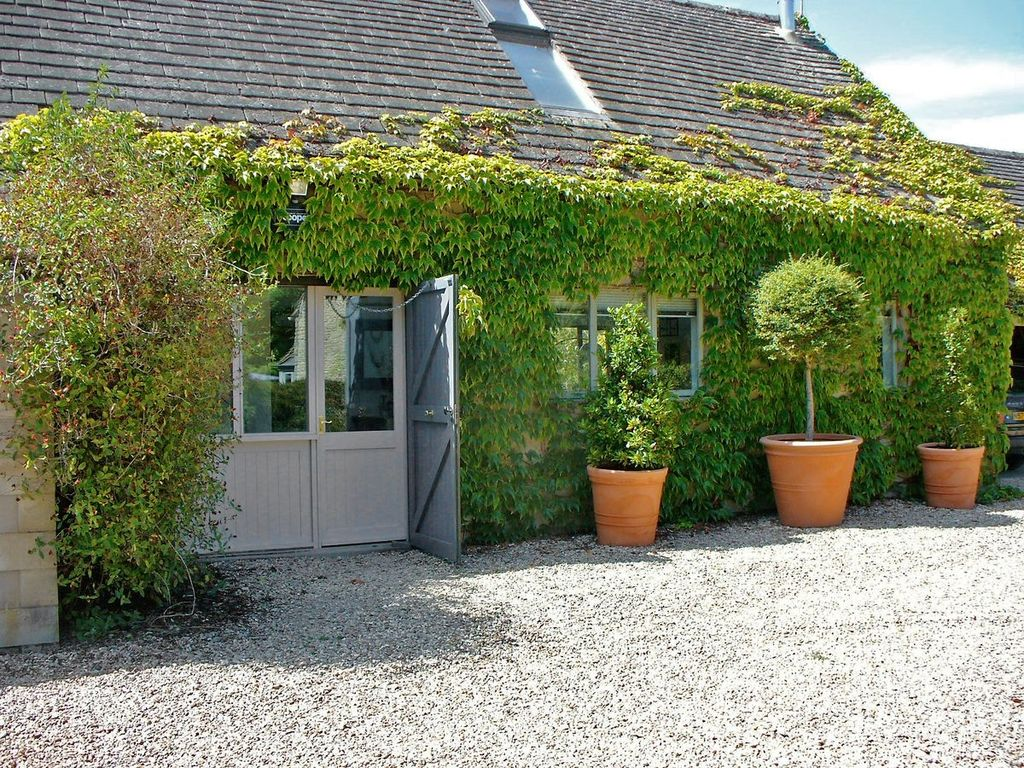 1 bedroom property in oxford 1 br vacation cottage for for Living wall fence panels
