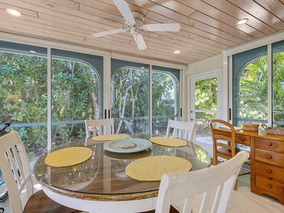 Casa Blanca #2, 2 Bedroom Cottage With a Short Walk to the Bay and Beach