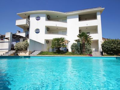 Photo for Apartment in Medulin with large pool, bedroom, bathroom, kitchen, air conditioning, terrace and 900 meters to the sandy beach