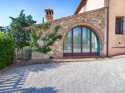 Photo for Lovely apartment with hot tub, pool, WIFI, TV, panoramic view and parking, close to San Gimignano