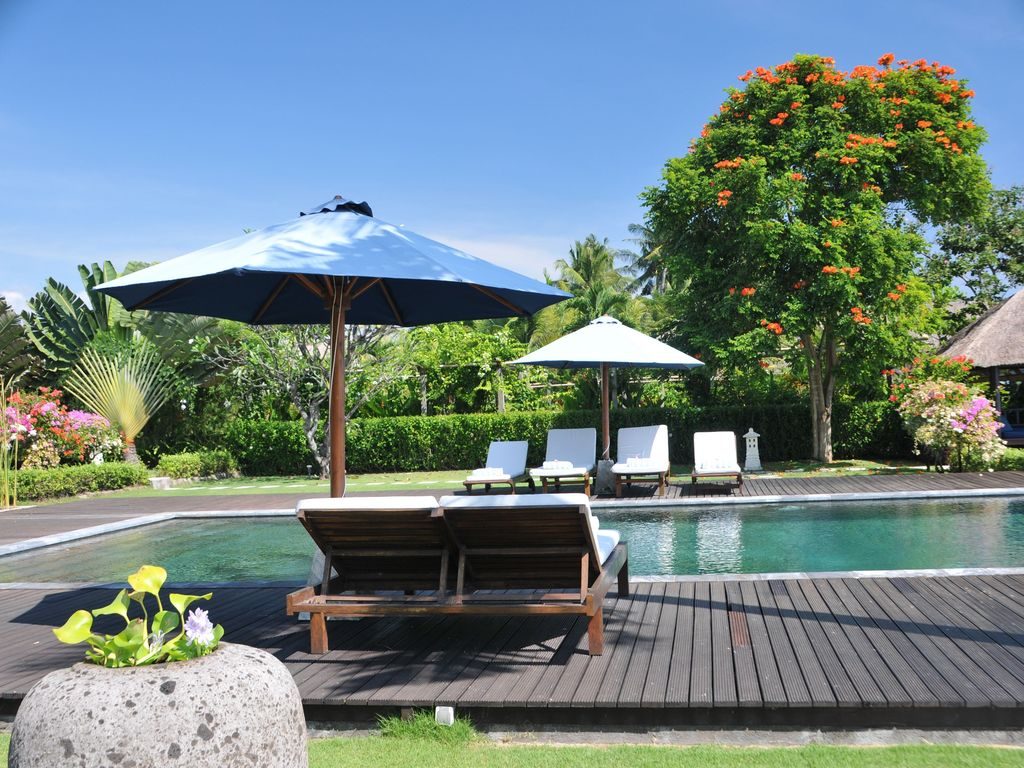 Vacation rental on bali 10 persons luxury villa with private pool on the beach dencarik lovina for Vacation rentals with private swimming pool