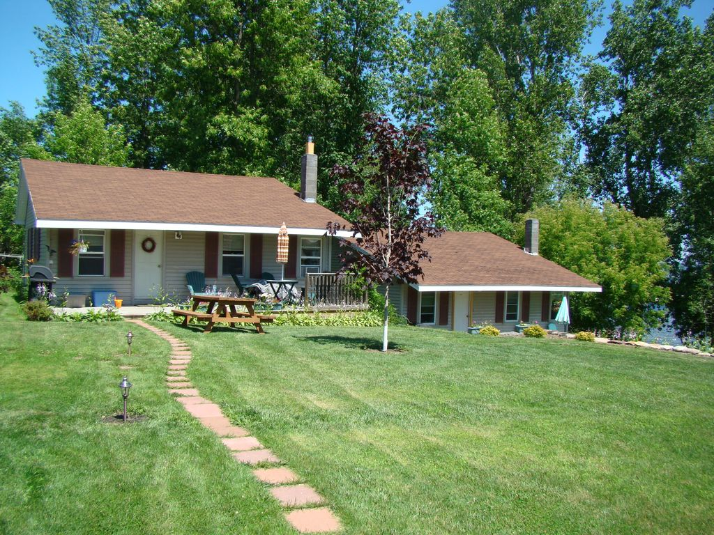 Charming year round 2 br cottage on lake champlain peru for Lake champlain cabins and cottages