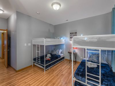 Photo for Sleeps 18 Parking Breakfast Sushi Wine Smoothies $10 off  你好  مرحبا Hola  Bonjour Привет Kamusta perfect for big families, groups & students Apt. G-1