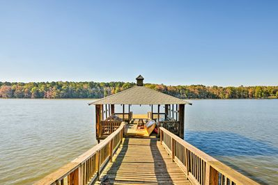 A lakefront getaway awaits 8 guests at this vacation rental cottage in Salisbury