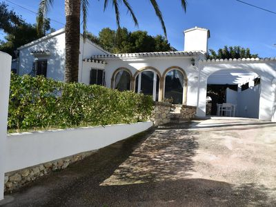 Photo for Modernised detached villa, XL swimming pool, spacious plot near the beach