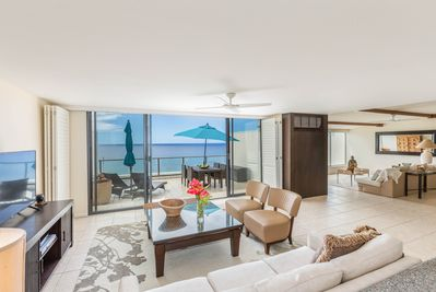 Beautifully appointted ocean front Puu Poa condo with Air Conditioning.