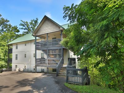 Photo for Beautiful 3 bedroom condo close to the Parkway and shows!