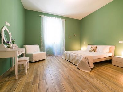 Photo for Colorful 2 bed flat close to St. Peter's