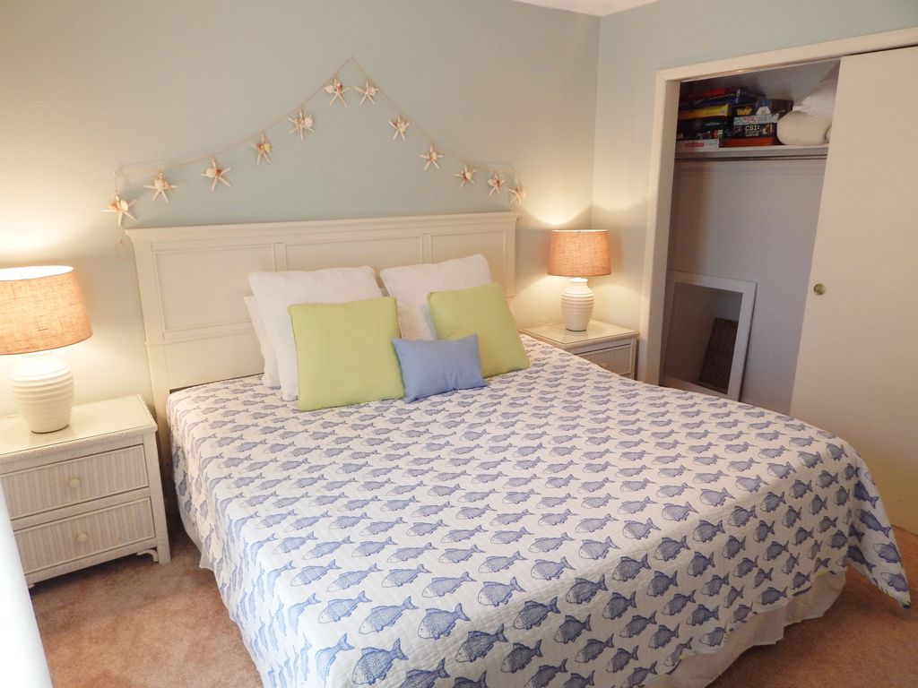 3 bedroom, 2 bath Townhome in Destin, short stroll to our private beach!