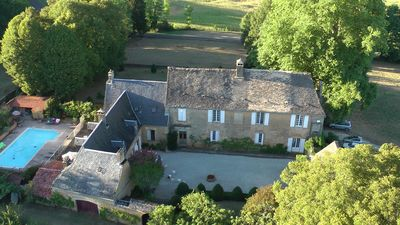 Photo for Beautiful family house between Sarlat and the caves of Lascaux heated pool