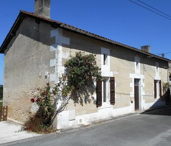 Photo for Quaint 3 bed holiday cottage in a medieval village in the Dordogne