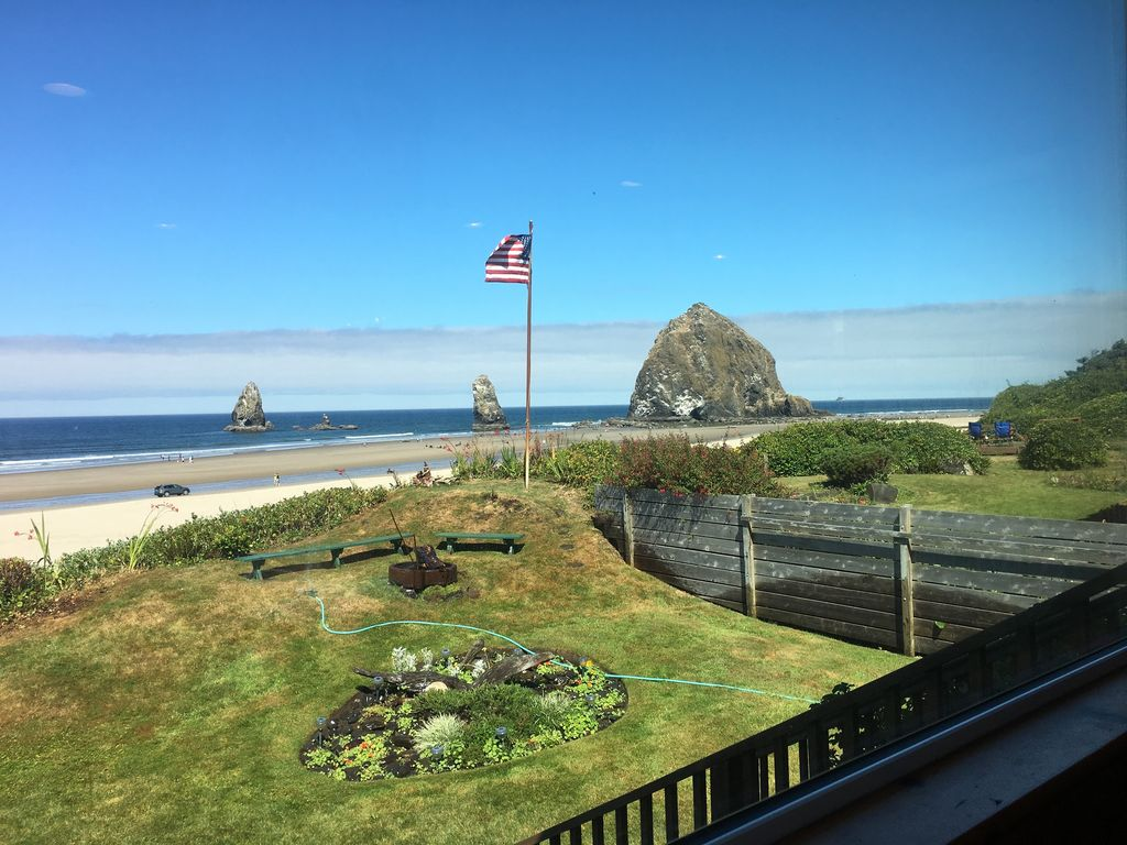 Ocean front home in cannon beach oregon cannon beach for Beach house rentals cannon beach