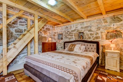 Bedroom with Queen size bed with commode and lamp