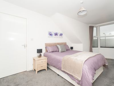 Photo for Modern 4 Bed Apartment Close to City Centre & Hospital