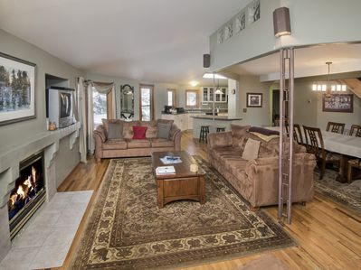 Open Living, Dining & Kitchen w Queen and Full Pull Out Beds