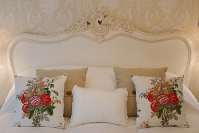 Kingsize bed with luxury linens.