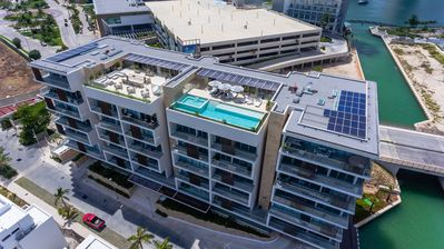 Photo for Contemporary apartment w/ a shared pool, bar area, fitness room, & jungle gym