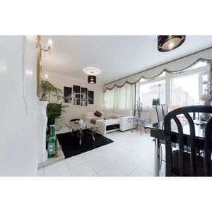 Photo for 3 Bed 2.5 Bath Apart..30 Mins To City Of London
