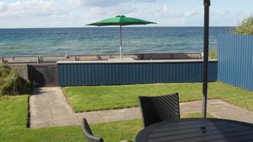 Summerhouse with fantastic location by the beach