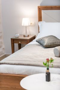 At night, bedside lamps provide the room with romantic lighting