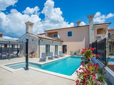 Photo for Beautiful holiday home with pool in Kastelir