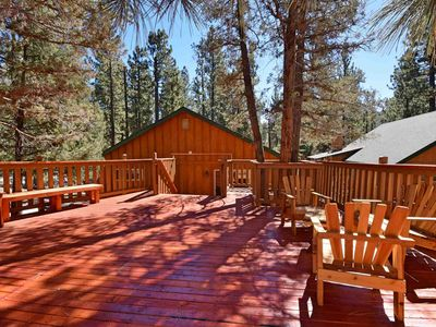 Broken Arrow Lodge: Close to Bear Mountain! Propane BBQ! Gas Fireplace! Cable! Internet! Luxury!