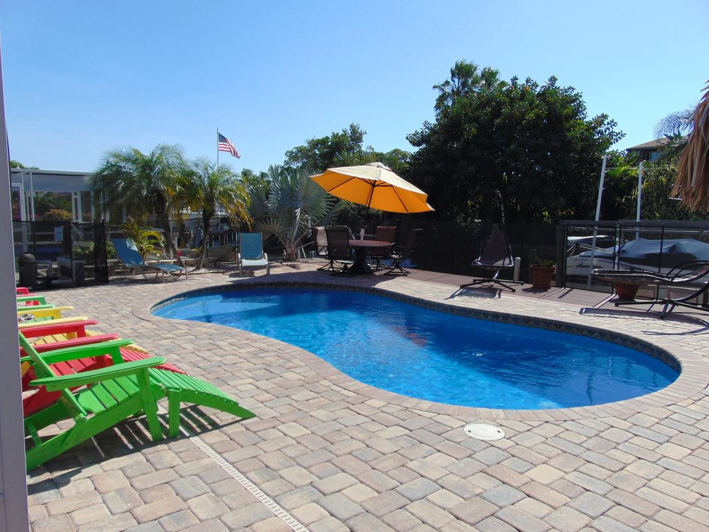 Show virtual tour canal kitchen living room pool - Amazing Pool Canal Tiki Bar Home Near Times Square And The Beach