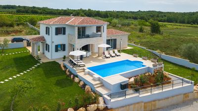 Photo for Beautiful 3-bedroom villa with pool in Vizinada