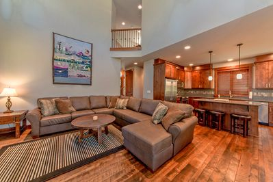 Suncadia Trail - All Seasons Vacation Rentals - Large Great room with an oversized sectional couch!