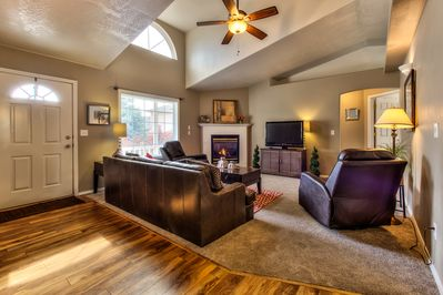 Great Room w/flat screen TV , Blu-Ray player and Direct TV w/175 channels
