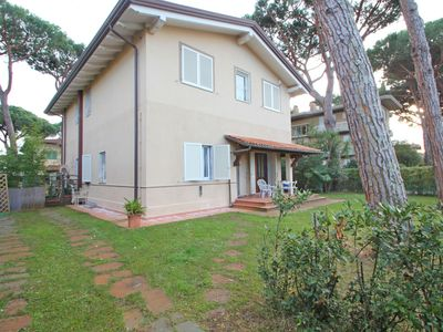 Photo for Apartment with Garden for 6 People at 400m from the Sea in Tuscany