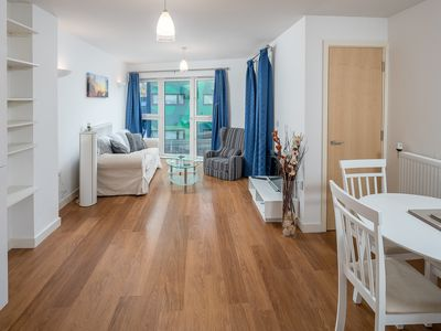 Photo for Charming 2 bed flat, 7 minute from the tube