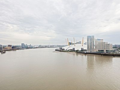 Photo for Lovely 1Bed w/Balcony on the River Thames