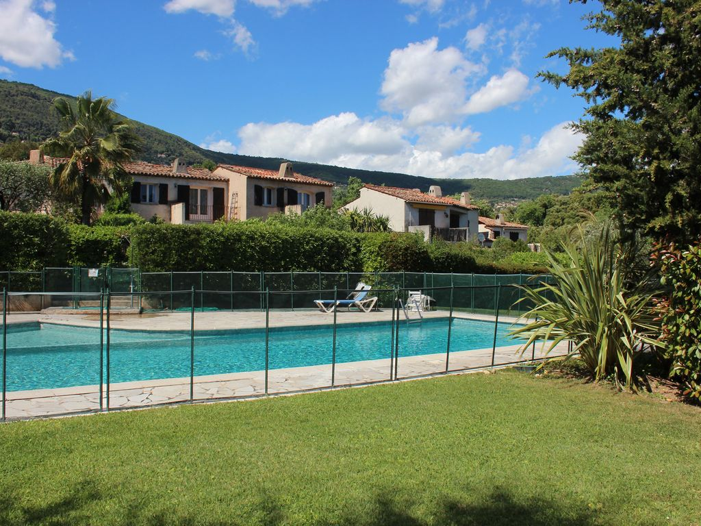 Rent villa 4 rooms in grasse with garden in small building for Building a swimming pool in garden