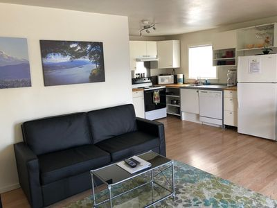 Modern Downtown Hood River 1br/1b apartment