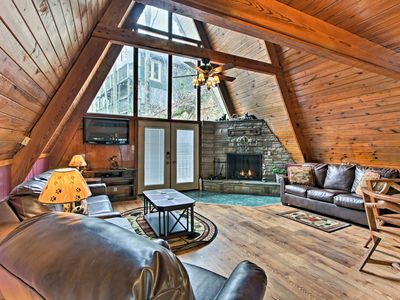 Cozy 2BR Gatlinburg Cabin w/Deck & Private Hot Tub