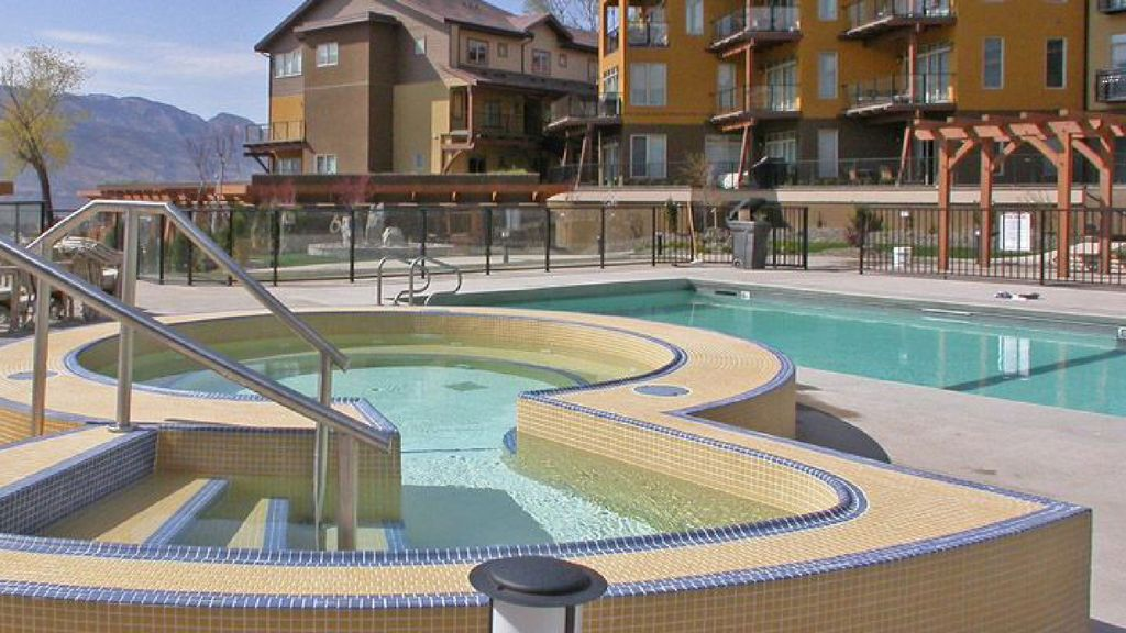 Waterfront private beach access luxury 2 bedroom for Pool design kelowna