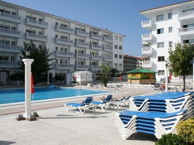 Photo for Family apartment with terrace and communal pool near the beach.