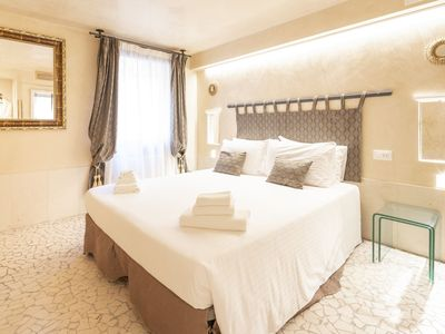 Photo for Ca 'del Gondoliere overlooks a characteristic Venetian canal and is right on the water's edge, offer