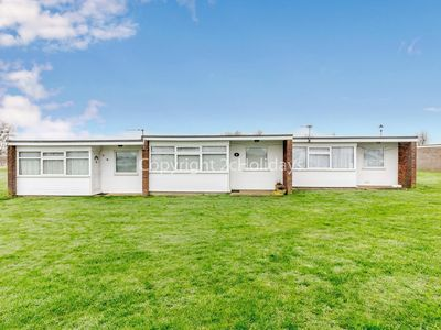 Photo for 7 berth dog friendly chalet for hire in Scratby, Norfolk ref 51008S