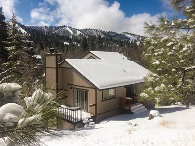Blue Jay Chalet w/ Huge Deck, Hot Tub, Pool Table & Soaring Views of Bear Mtn
