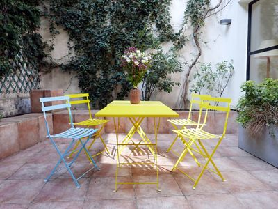 Montmartre - Paris - The 35 m2 courtyard offers table and chairs for dinner