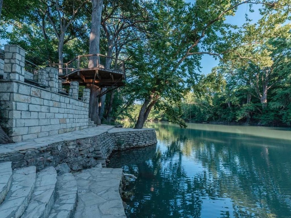 Riverhaus on the guadalupe sleeps 8 10 vrbo for Cabins near whitewater amphitheater